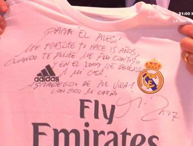 arbeloa-regala-una-camiseta-dedicada-a-florentino-perez